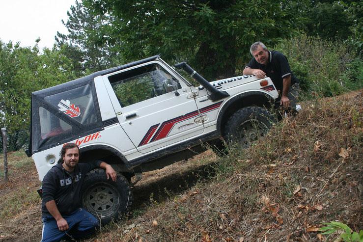 Preparazione sportiva di una Jeep Suzuki, Loris, il meccanico (a dx), Alessandro, il pilota (a sx).