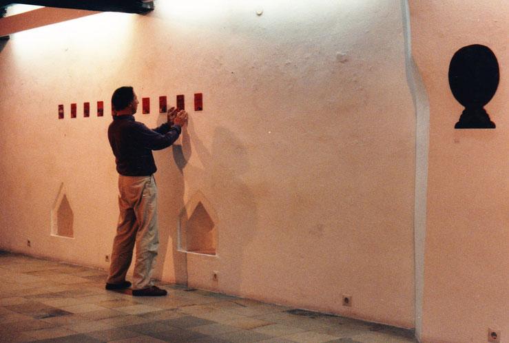 Erwin Auer beim Arbeiten in einer Ausstellung