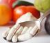 Löffel mit Vitaminkapseln wegen Bedeutung der Nahrungsergänzung im Kampf gegen die Huntington-Krankheit / Chorea Huntington