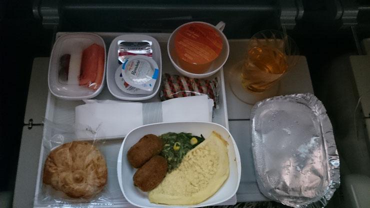 Flugzeug Essen, die 6te.  Frühstück vor der Landung in Sydney. Käse Omelette