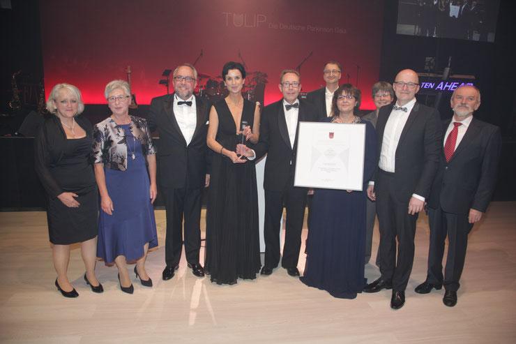 Thomas Kralinski und Stephan Goericke übergeben den Preis an die Vertreter der Deutschen PSP-Gesellschaft