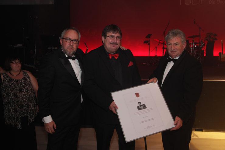 Jury-Mitglied Frank Michalak und Stephan Goericke übergeben den Ali-Gedächtnispreis an Ingo Jeschke