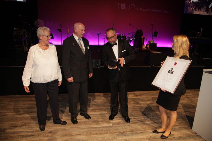 Stephan Goericke übergibt den Ali-Gedächtnispreis an die Selbsthilfegruppe Parkinson Ludwigsfelde, vertreten durch Herrn und Frau Pioch