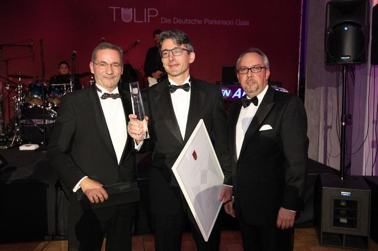 Matthias Platzeck und Stephan Goericke übergeben den Preis an Henry Lohmar, stellv. Chefredakteur der MAZ