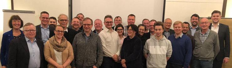 FDP-Wahlkämpfer aus dem gesamten Kreis Gütersloh haben sich mit Oliver Stirböck MdL (mittig, weißes Hemd) auf die Kommunalwahlen 2020 vorbereitet.