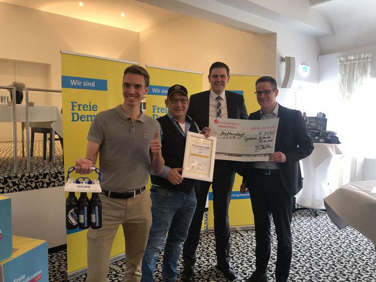 FDP und JuLis verleihen den Gründerpreis an Alexander Brock von CLICK-IT Systems GmbH in Verl. v.l.n.r. Martin Stollberg (JuLis), Alexander Brock, Patrick Büker (FDP-Kreisvorsitzender), Thorsten Baumgart (stellv. FDP-Kreisvorsitzender)