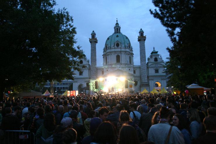 Die Seebühne im Teich vor der Karlskirche gilt als Zentrum des jährlich stattfindenden Popfests Wien. Auch heuer werden an drei Tagen Acts von Soul bis Electro-Pop auf dieser Bühne begeistern. (c) migglpictures / Hans Jürgen Gernot Miggl