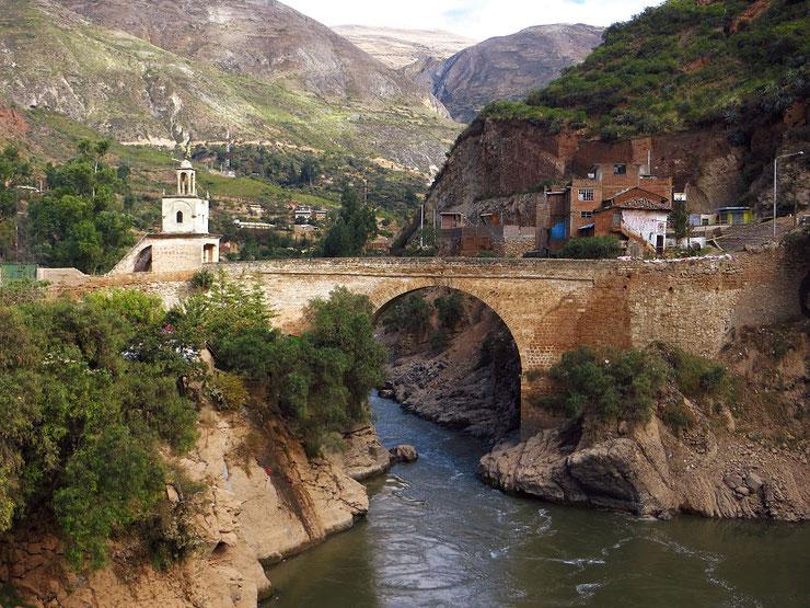 Die alte Brücke in Izuchaca am Rio Mantaro.