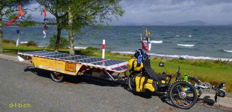 Solar Trike: Solatrike vor einem See mit wolkenverhangenem Himmel.