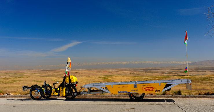 Bild: Solar Trike: Solatrike mit Anhänger in der weiten Steppe von Kasachstan