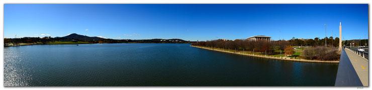 Panorama mit See, blauem Himmel und Hügel im Hintergrund