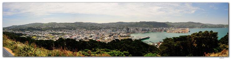 Panoramaaussicht über Wellington mit dem Hafen auf rechter Seite.