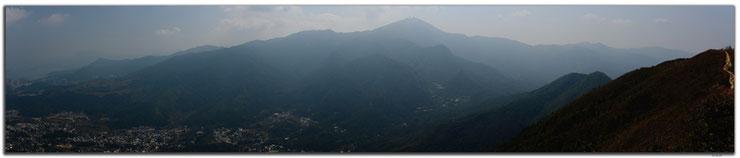 Berge im Gegenlicht und Dunst mit Sicht nach Tai Po.