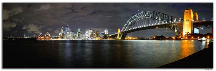 Opernhaus von Sydney und Harbour Bridge in der Nacht beleuchtet über dem Fluss