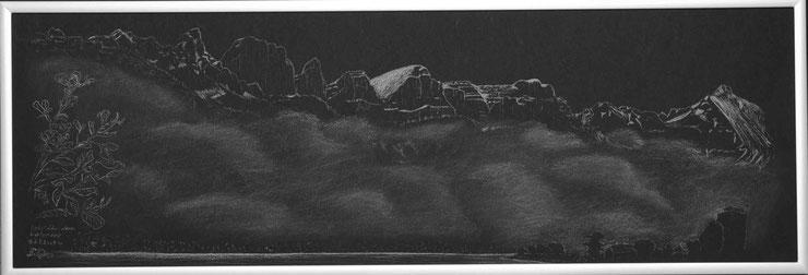 Zeichnung mit Weisskreide vom Nebel über dem Walensee mit den Churfirsten.