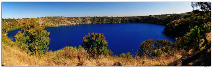 Blauer Kratersee im Vulkan