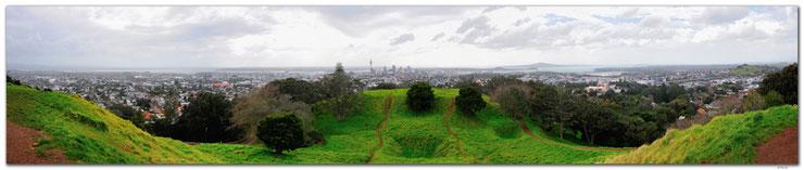 Panoramasicht der Stadt Auckland vom Mt.Eden mit Himmel, Stadt und Vulkankrater.