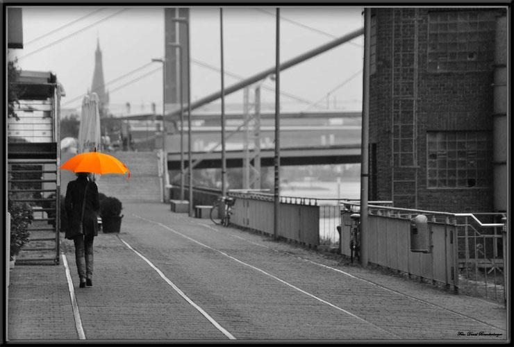 Bild:Foto,Oranger Schirm,Düsseldorf,Schirm,Schwarz-Weiss,Orange,Stadt,Frau,Regen,Brücke,David Brandenberger,d-t-b.ch,www.d-t-b.ch,Gewinner,Photokina,2012,Fine art print,