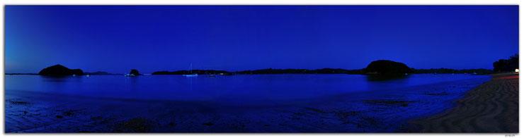 Meer und Inseln im Abendlicht mit Strand