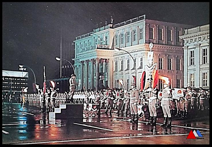 NVA Fotobildermap Militairverlag  (Nationale Gründung der DDR 7 Oktober 1949)  Feiertag  Berlin abend (1987) collectie auteur.