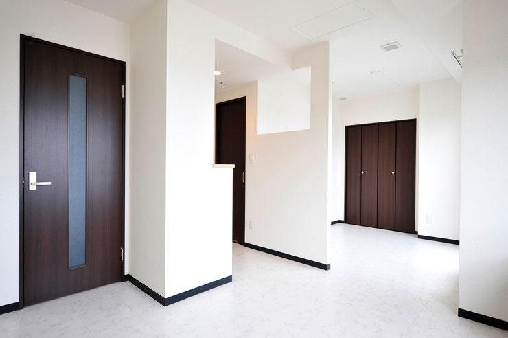 3号室のお部屋です。手前にリビング、奥に4畳の洋室があります。