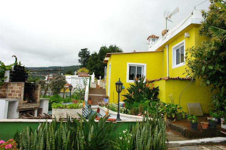 Gelbes Finkahaus mit großem Garten