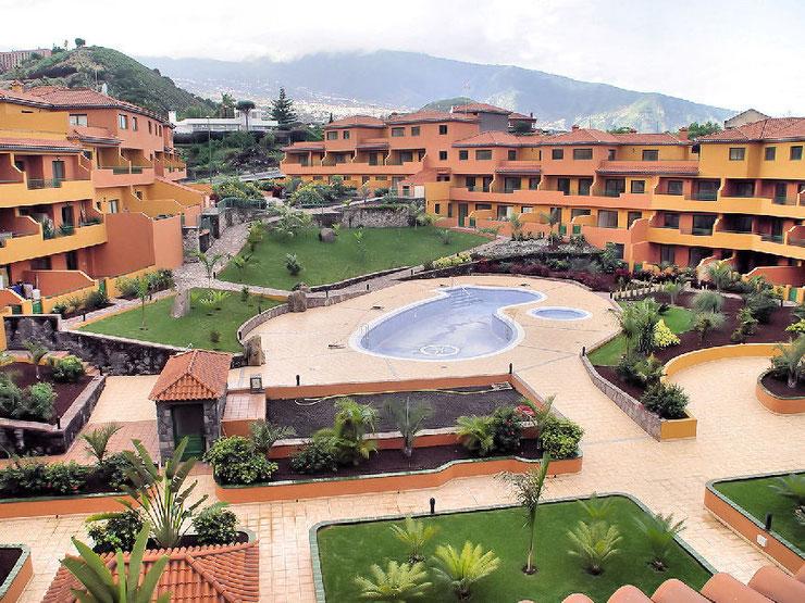 Blick vom der Terrasse auf den Garten der Wohnanlage in der das Apartment verkauft wird.