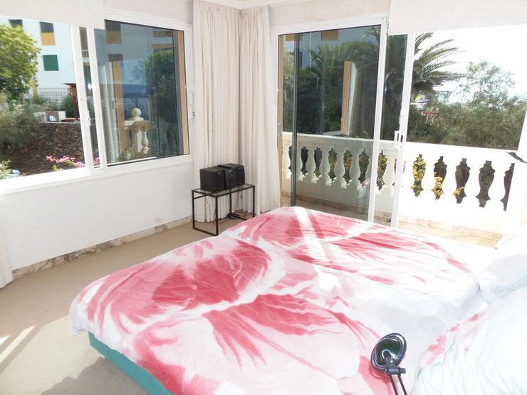 1. Schlafzimmer mit Blick in den Garten