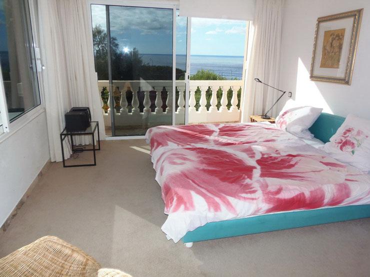 und Blick auf das Meer, je nach dem wie man im Bett liegt.