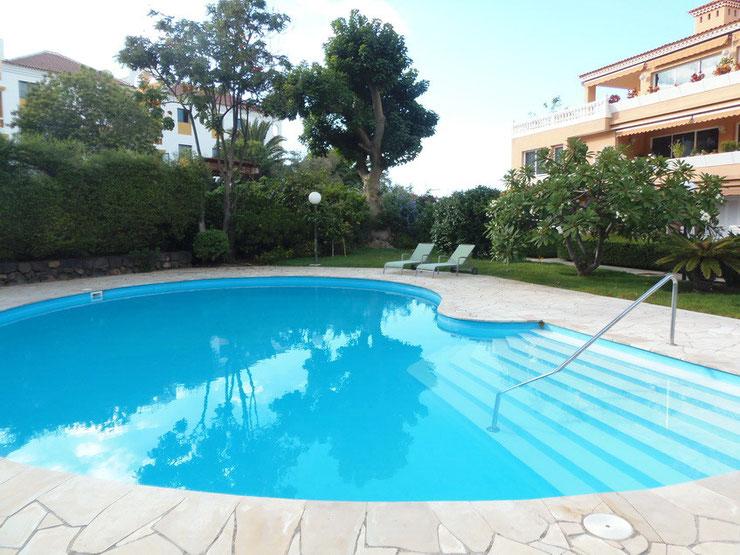 Runder Pool in einer Gartenoase eingebettet