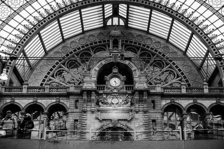 De klok Centraal Station Antwerpen. Zwartwitfotografie, architectuurfotografie