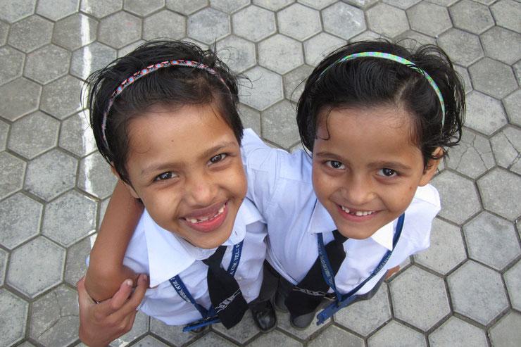 Dikshya und Ganga in ihren Schuluniformen