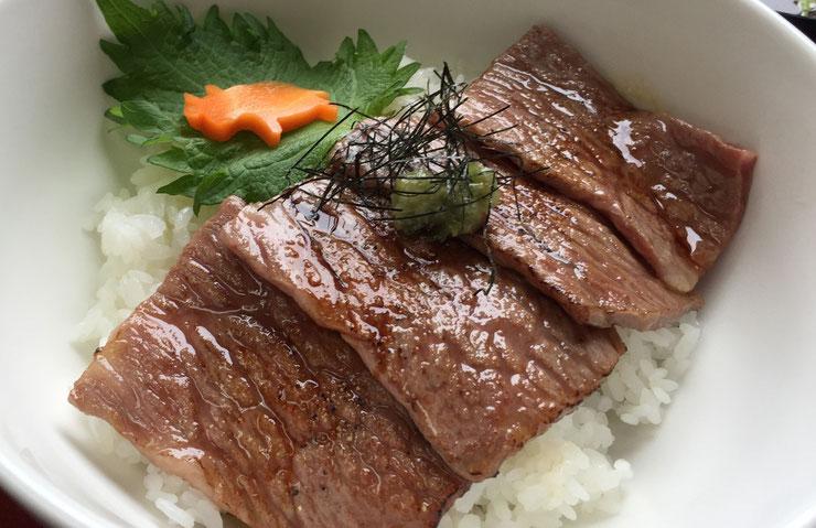 清花園のランチメニュー「サーロインあぶり丼」