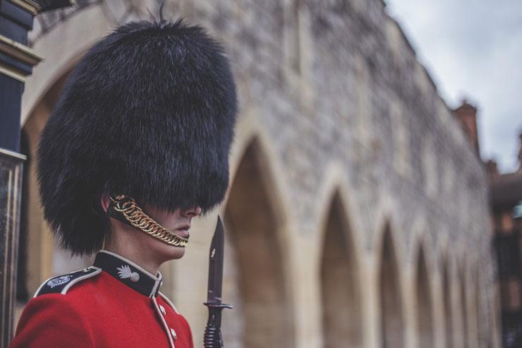 bearskin bear skin hat peau ours brun fourrure chapeau bonnet garde royal anglaise reine angleterre armee rouge noir