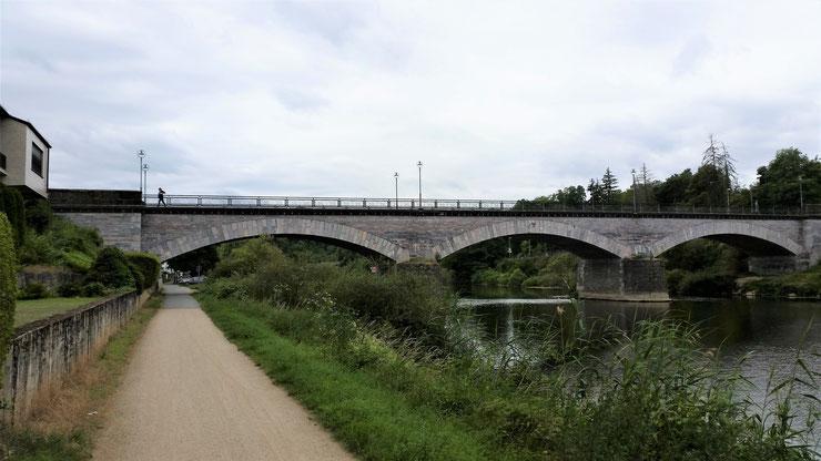 Oben auf der Brücke ist Anne zu erkennen...