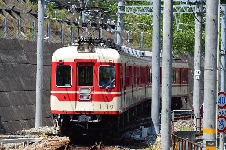 折り返し線から出てくる回送列車。右に見えるのが本線です。