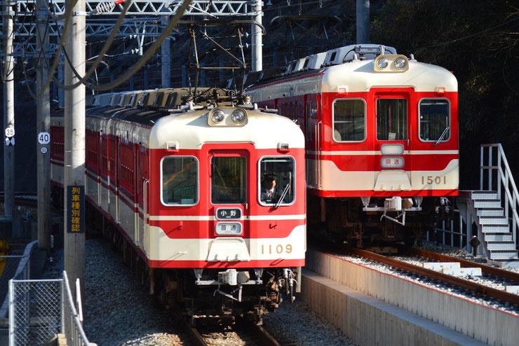 折り返し線で上り列車を待避する回送列車
