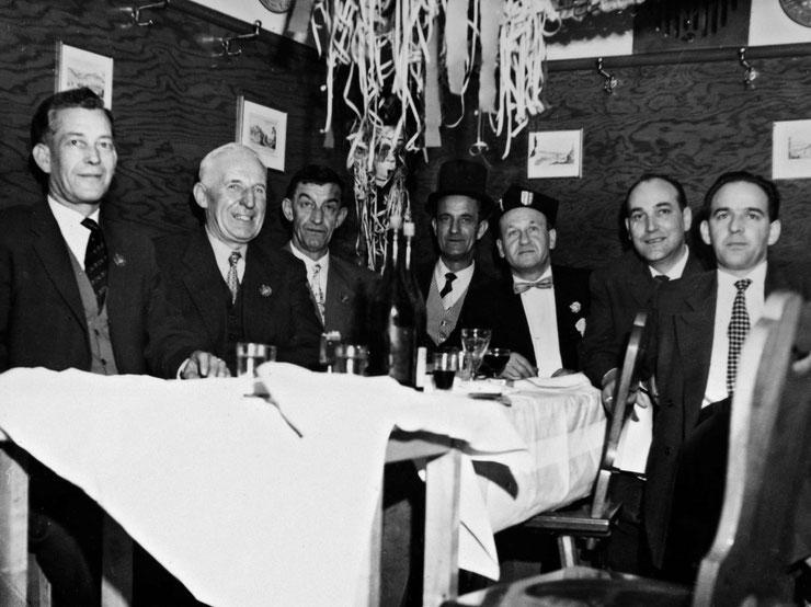 Der erste Zunftrat feiert Fasnacht beim Gönner Hans Nussbaumer im Restaurant Zur Säge in Flüh (1960); von links: Xaver Kury, Robi Wittlin, Paul Grellinger, Mathis Feigenwinter, Hans (Johnny) Meyer, Leo Kunz, Paul Wenger