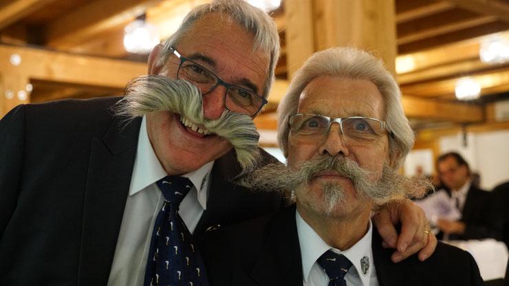 Der «Original-Schnauz» (André Glaser, rechts) und die Kopie (Beat Böhlen, links): André Glaser tritt nach 28 Jahren als Bannerherr der Zunft zu Rebmessern zurück. Die Nachfolge übernimmt Beat Böhlen.