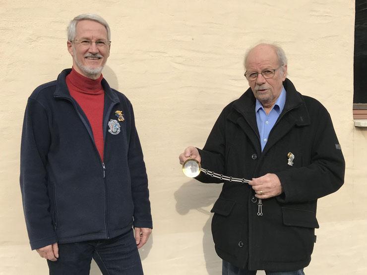 der neue Zunftmeister Fredy Fecker (links) erhält von seinem Vorgänger André Sprecher die Meisterkette