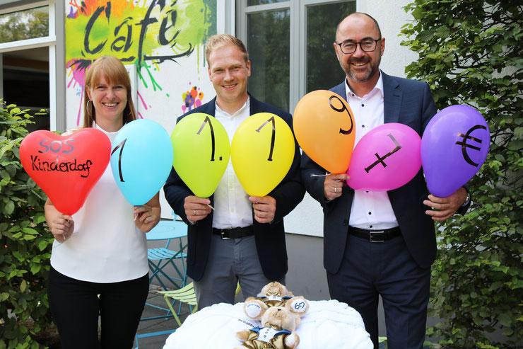 Sylvia Schikker (SOS Kinderdorf), Moritz Stich (Wäscherei Stich) und Ulrich Heim (Dorint City-Hotel Bremen), v.l.n.r.  Bildquelle: Dorint Hotels & Resorts