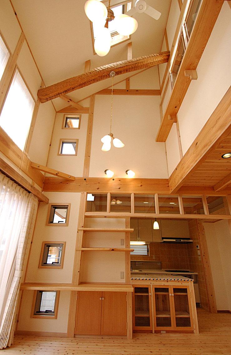 床は桧のフローリング、梁桁は松、柱は桧を使用