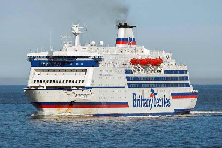 M/V Val de Loire, ex-navire de Brittany Ferries, arrivant au port de Portsmouth aux alentours de 2004-2005.