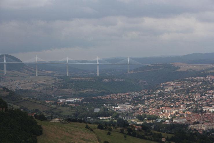 au fond, le viaduc, à droite Millau