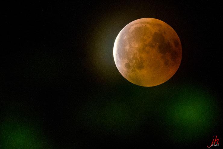 Mond tritt aus dem Schatten der Erde (Ende der totalen Mondfinsternis (27072018 etwa 23:15)
