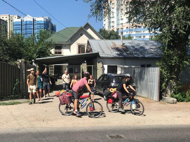 Die ersten Meter auf dem Fahrrad: Verabschiedung vom Hostel