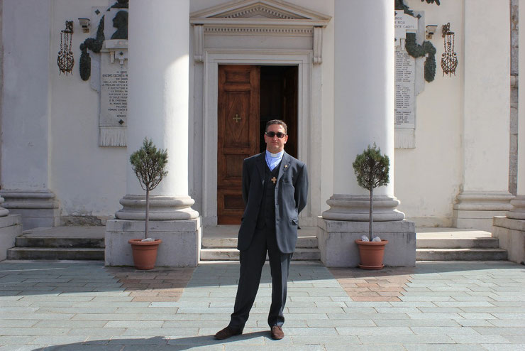Don Eros davanti alla chiesa di Pielungo