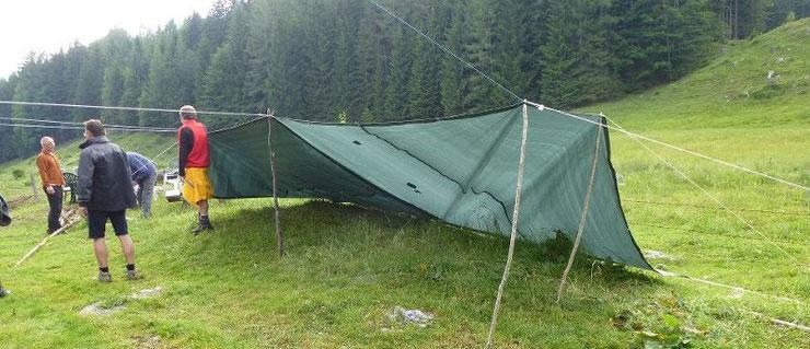 Wir richten unser Lager für die erste Nacht auf der Alm her.