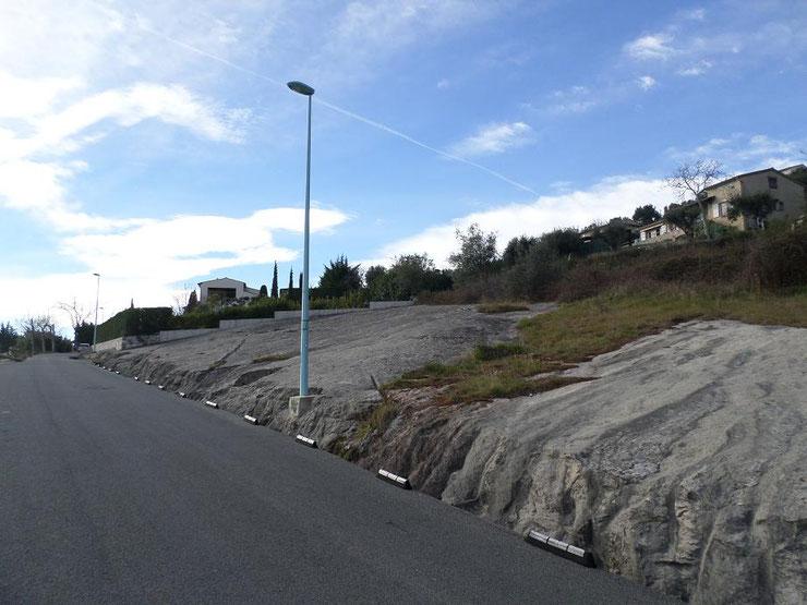 La route bitumée qui offre une belle vue sur Tourrettes en contrebas (première photo).