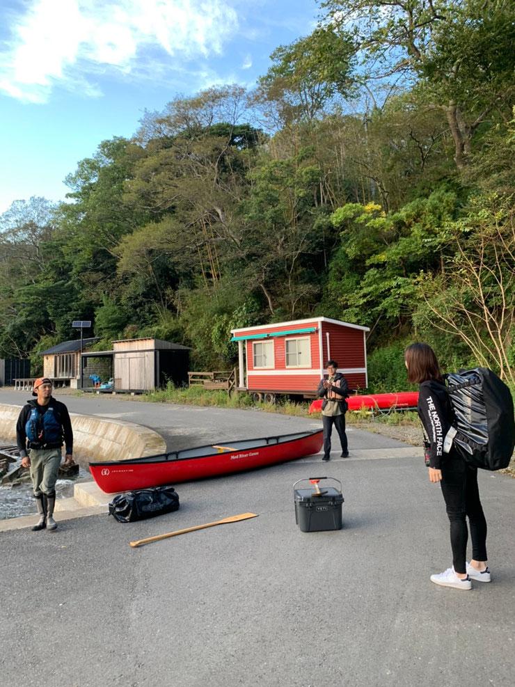 カヌーに必要最小限の荷物を積み込みます。来客のみなみさん。みなみが背負うと100Lのバックが普通に見える?笑